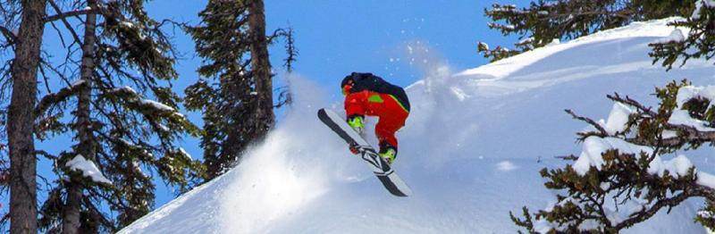 media/image/Snowboard-Sprung-auf-der-Piste.jpg